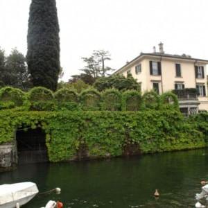Laglio, divieto di avvicinarsi alla villa di George e Amal Clooney: dal Comune multe di 500 euro