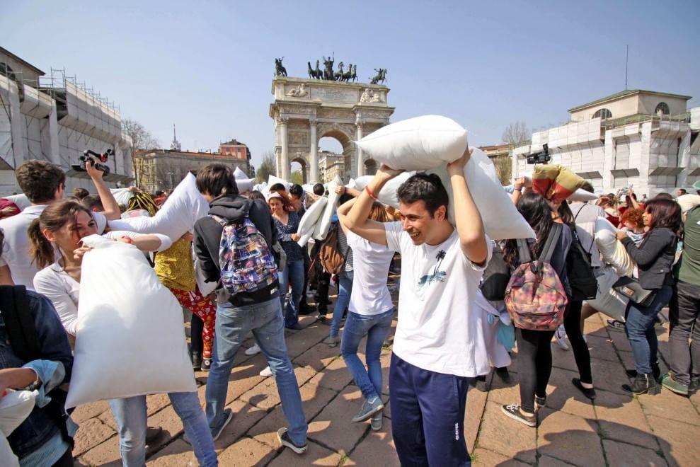 Milano la battaglia dei cuscini all 39 arco della pace 1 for Battaglia di milano