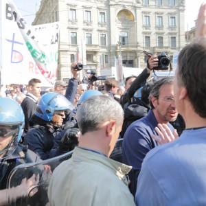 Milano, momenti di tensione in Cordusio per il doppio corteo pro e contro l'aborto