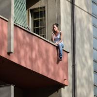 Milano, l'inquilina abusiva minaccia di lanciarsi dal balcone: lo sgombero è rinviato