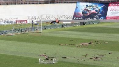 Ft  Varese, blitz dei vandali allo stadio il campo è devastato, divelte le porte