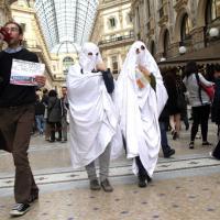 Milano, la protesta dei fantasmi nel flashmob in Galleria