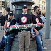 Taxi, a Milano un'altra protesta contro Uber: 50 auto bianche sfilano in