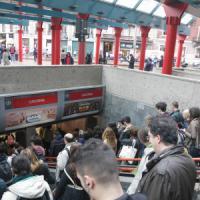 Milano, sciopero dei mezzi pubblici: ferme tutte le linee del metrò, taxi presi d'assalto