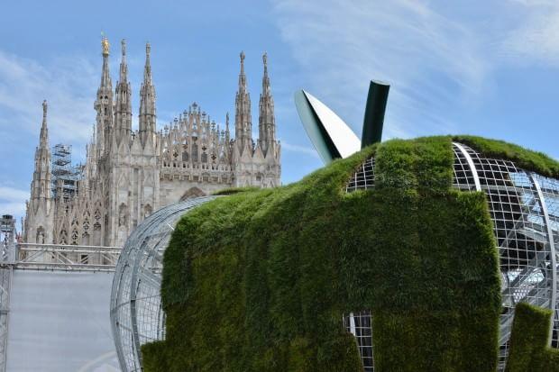 Expo, la mela gigante di Pistoletto in piazza Duomo