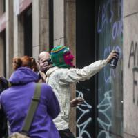 No Expo in piazza a Milano: imbrattate vetrine e negozi. La polizia arresta una ventenne