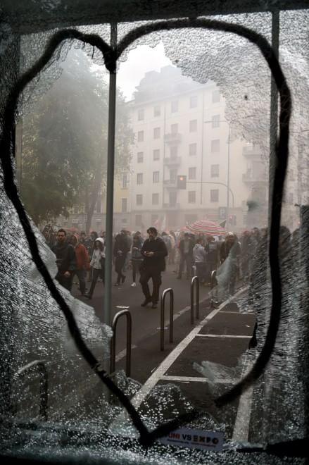 Milano, banca e negozi distrutti