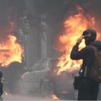 No Expo in corteo, Milano è a ferro e fuoco: bombe carta e pietre contro auto e vetrine