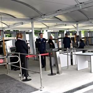 Forchette, sciabole e lenticchie: il campionario proibito che spunta ai metal detector Expo