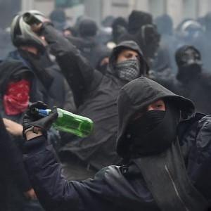 """""""A Milano fu devastazione e saccheggio"""", i 5 francesi rischiano 15 anni. Il Comune si attiva per risarcire i cittadini"""