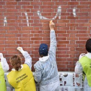 Milano, volontari anti-graffiti cancellano le opere di Pao: il Comune chiede scusa