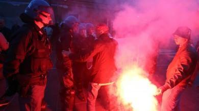 Segrate, uova e vernice contro Salvini La polizia carica i contestatori   foto     video