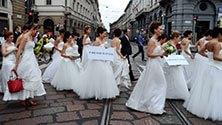 Il corteo in bianco: se scappi in centro ti sposo