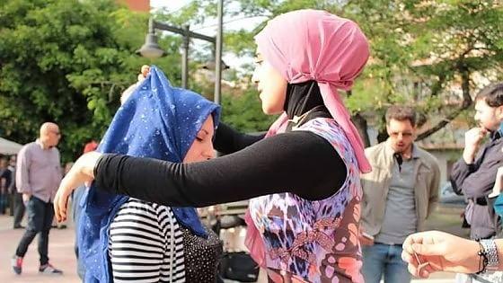 Lodi, prova del velo a due passi dal Duomo: l'open day dei Giovani musulmani finisce in Regione