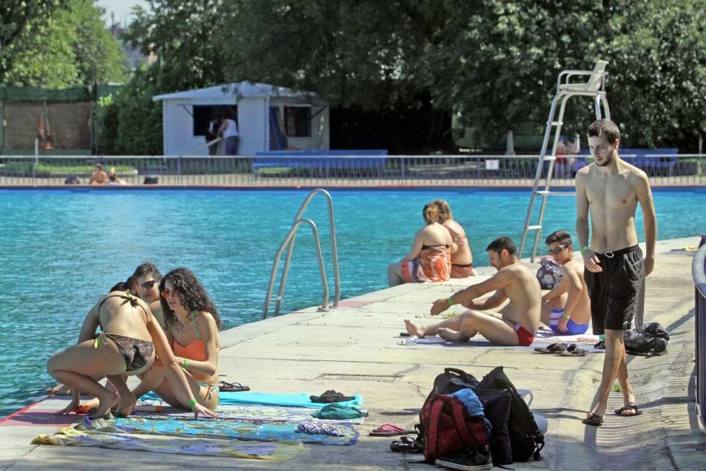 Anteprima d 39 estate in piscina i primi tuffi di milano 1 di 1 milano - Piscina argelati milano ...
