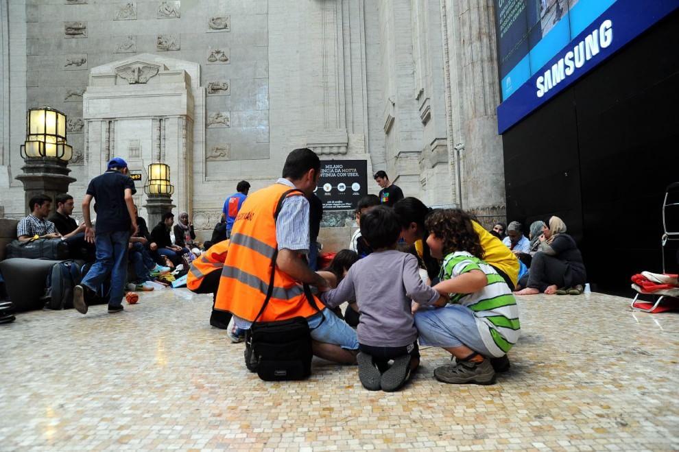 Profughi a Milano, prove di normalità con i volontari in Centrale