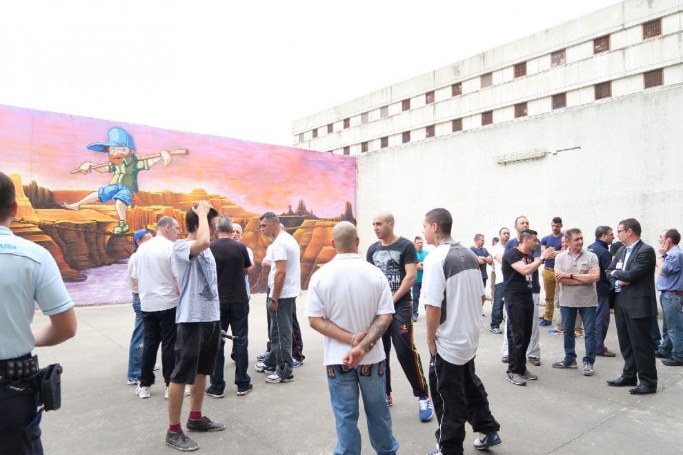 """Milano, quel murales nel carcere di Opera che regala """"qualche centimetro in più"""""""