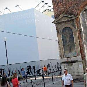 Milano un palazzo di quattro piani con box alle colonne for Palazzo a 4 piani