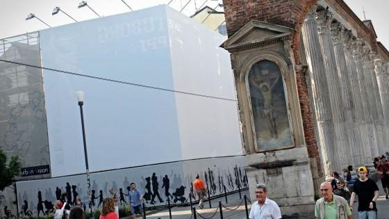 Milano un palazzo di quattro piani con box alle colonne for Piani di palazzo con piscina coperta