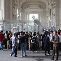 Profughi, transenne in Centrale: ora l'assedio è all'esterno
