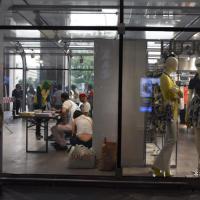 Milano, i profughi nei box di plexiglass all'ingresso della stazione