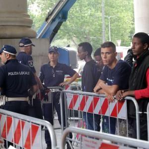 """Pisapia ad Alfano: """"Basta profughi a Milano, ridistribuirli in tutte le regioni"""""""