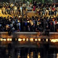 Cinquantamila in Darsena per le lanterne: l'evento lanciato dai social spiazza Milano