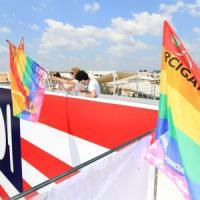 """Milano Pride, 50mila in marcia per i diritti. Un urlo come slogan: """"Stanchi di aspettare"""""""