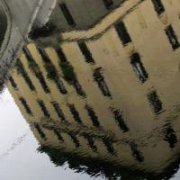 Milano capovolta, la città riflessa nelle acque dei Navigli
