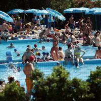 Weekend di caldo estivo, i milanesi affollano l'Idroscalo in cerca di fresco