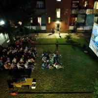 Schermo, sedie e bagno condiviso: nei caseggiati popolari di Milano il cinema autogestito