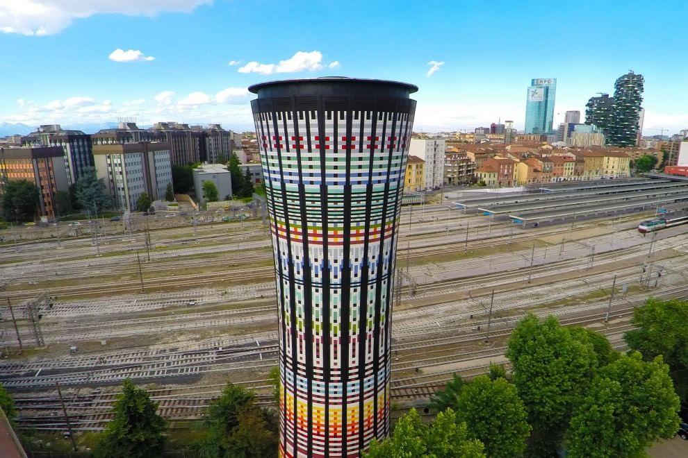 Torre Arcobaleno, 100mila piastrelle a lucido: risplende uno dei simboli di Milano