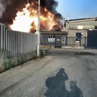 Milano, incendio distrugge il deposito di una ditta di trasporti di sostanze chimiche