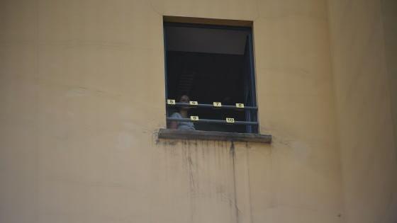 Milano 22enne si lancia dalla finestra del terzo piano della questura morto sul colpo - Si butta dalla finestra milano ...