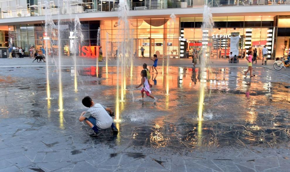 Milano, in piazza Aulenti vincono i bambini: via i cartelli 'divieto di balneazione'