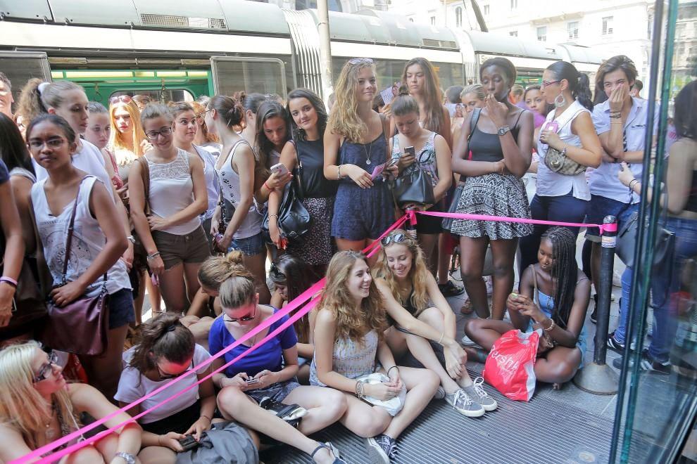 caos in via Torino per la folla di teenagers