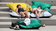 'Spiaggiati', atto terzo  arrivano i maxi cuscini