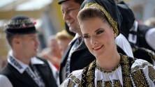 La Romania fa festa la parata in costume