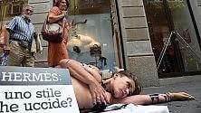 La protesta della donna  pitone davanti a Hermès