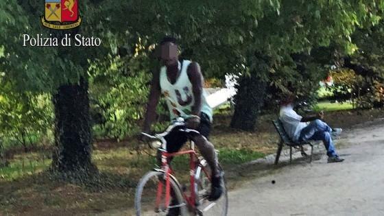 Milano, una rete di pusher tra gli ambulanti di parco Sempione: due arresti