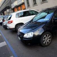 Milano, strisce blu in periferia: altri 10mila posti a pagamento. Proteste: