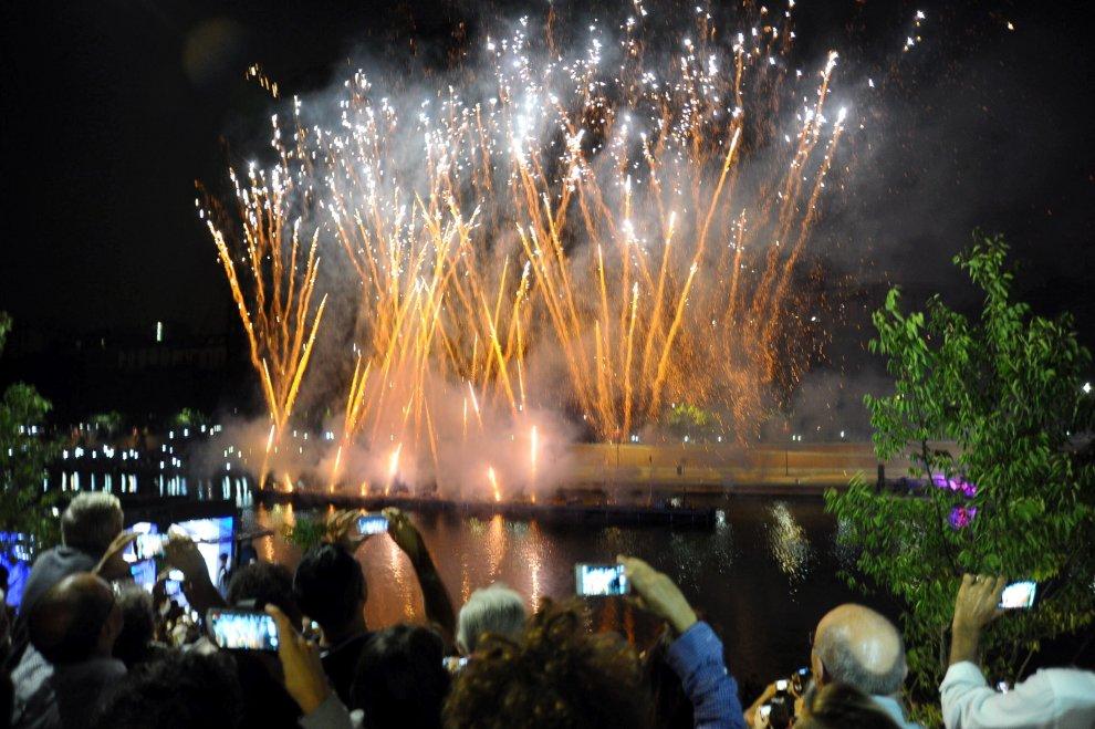Milano, i fuochi d'artificio (senza botti) alla Darsena nella notte di Ferragosto