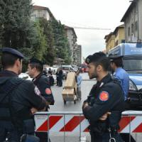 Milano, sgomberato il condominio abitato al 100% da abusivi: duecento in strada