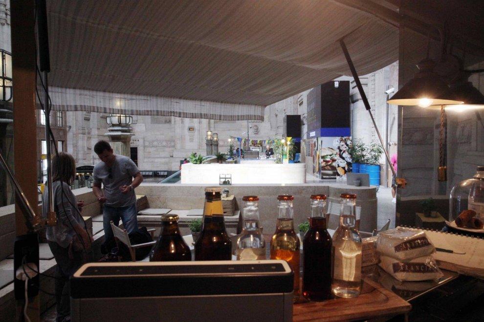 Milano, un bar nel mezzanino dei profughi: fotoconfronto prima e dopo