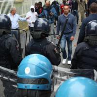 Bresso, un centinaio di profughi blocca la strada: 'Vogliamo i documenti'. Traffico in tilt