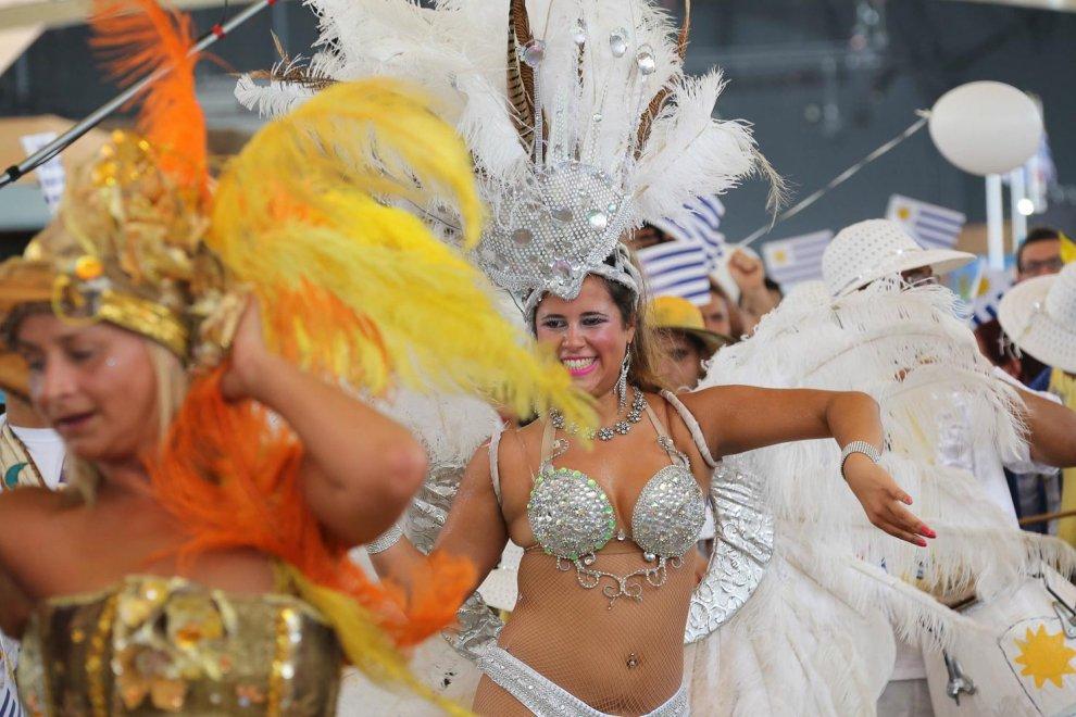 Expo, il Carnevale dell'Uruguay con le ballerine in costume