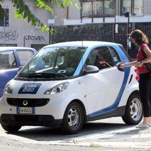 Milano, Car2go abbandona la periferia: auto crollate del 40 per cento dopo gli aumenti