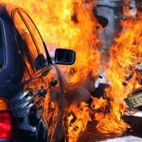 Milano, auto in fiamme: terrore in strada