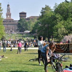 """Milano, si rischia un """"rave party fuori controllo"""": Ballo nel parco al Sempione potrebbe saltare"""