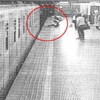 Milano, salva una donna dal suicidio nel metrò e scompare: il giallo dell'eroe senza volto